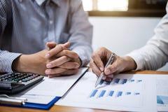 谈论两企业的队工作和金融投资  免版税库存图片