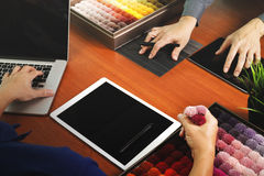 谈论两位同事的室内设计师顶视图数据 免版税库存照片
