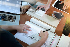 谈论两位同事的室内设计师顶视图数据 免版税图库摄影