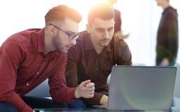谈论两位网的设计师项目 库存图片