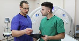 谈论两位年轻的医生患者的历史新的磁反应想象的背景的 影视素材