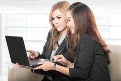 谈论两名友好的女实业家坐和新的想法 免版税图库摄影