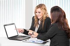 谈论两名友好的女实业家坐和新的想法 免版税库存照片