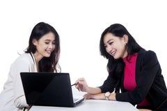 谈论两名的女实业家工作1 免版税库存图片