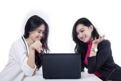 谈论两名的女实业家工作 免版税库存图片