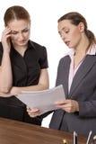 谈论两名的女实业家文书工作 免版税图库摄影