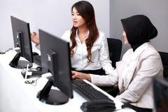 谈论两名的女实业家他们的工作 免版税库存照片