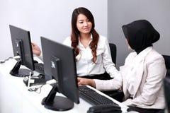 谈论两名的女实业家他们的工作 库存照片