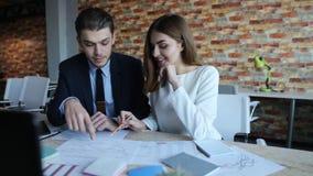 谈论两的买卖人财务文件 股票视频