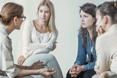 谈论事业的妇女和心理学家在会议期间 免版税库存图片