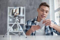 谈论他在凸轮的美满的博客作者新的电话 库存图片