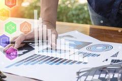 谈论企业的工作者数字式图表和图indicati 免版税图库摄影