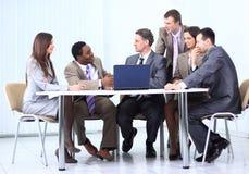 谈论企业的队一个新的经营计划 库存照片
