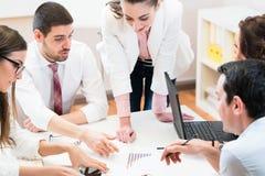 谈论企业的队分析数据和战略 免版税图库摄影