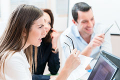 谈论企业的队分析数据和战略 免版税库存照片