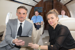 谈论企业的队旅行在公司喷气机和presen 免版税库存照片