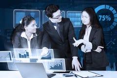 谈论企业的队财政图表 库存图片