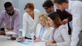 谈论企业的队绿色能源计划 影视素材