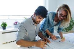 谈论办公室的工友在业务会议项目计划 库存照片