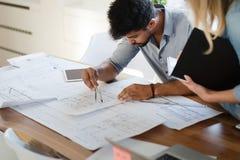 谈论办公室的工友在业务会议项目计划 免版税图库摄影