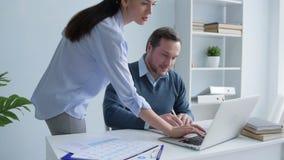 谈论友好的办公室工作者在膝上型计算机的项目 股票视频