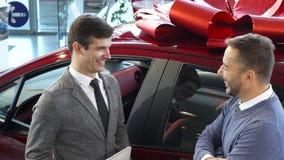 谈论合同的细节的快乐的买家和卖主 库存图片