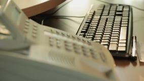 谈论命令细节和输入计算机的电话购货法中心工作者 影视素材