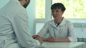谈论和在一个医疗办公室的两位医生 影视素材