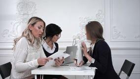 谈论和在会议期间的商人在办公室 影视素材