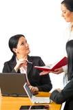 谈论商业的二名女实业家 免版税库存图片