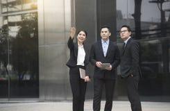 谈论商人和女实业家的伙伴咨询和 免版税库存图片