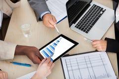 谈论多种族企业的同事图表 免版税库存照片