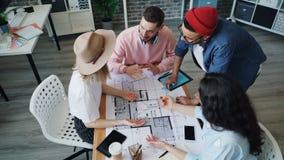 谈论大角度观点的室内设计师看大厦计划的设计 影视素材