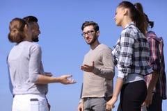 谈论小组的学生他们的问题 免版税库存照片