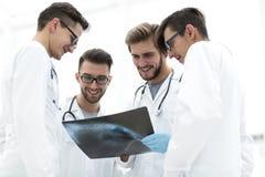 谈论小组的放射学家X-射线 库存照片