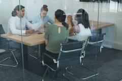 谈论小组的董事,当工作在书桌时 库存照片