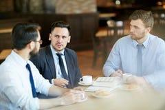 谈论工作在咖啡馆 库存照片