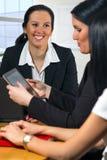 谈论工作的女商人 图库摄影