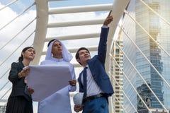 谈论年轻的企业家企业项目 免版税库存照片