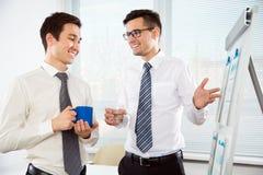 谈论年轻的商人一个新的项目 免版税库存图片