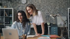 谈论快乐的工友的设计师看膝上型计算机屏幕的项目 股票视频