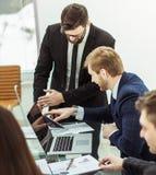 谈论成功的企业的队公司的一个新的财政计划 库存图片