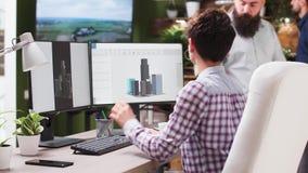 谈论新的大厦的工程师和建筑师创造性的队  股票录像