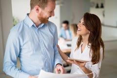 谈论新的想法和群策群力在一个现代办公室的工友 库存照片