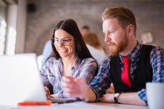 谈论新的想法和群策群力在办公室的企业工友 库存图片