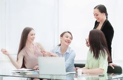 谈论新的想法的高级管理人员和职员在办公室 免版税库存照片