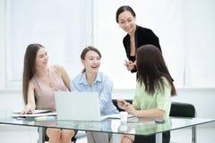 谈论新的想法的高级管理人员和职员在办公室 库存图片