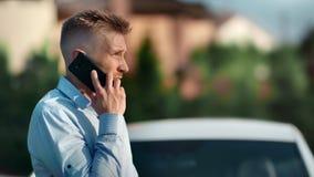 谈论时髦的繁忙的年轻的商人工作谈话使用智能手机中等特写镜头 影视素材