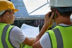 谈论楼面布置图与同事 库存照片