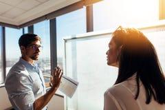 谈论的企业家在办公室企业想法 图库摄影